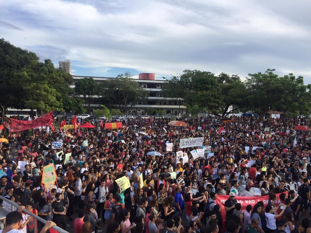 Mais de 25 mil pessoas participam do protesto contra os cortes na educação no Amapá, segundo organização — Foto: Ugor Feio/G1