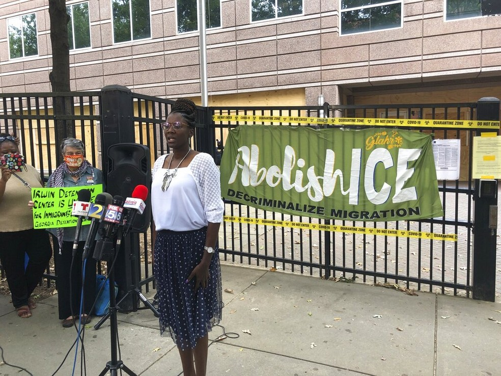 Enfermeira Dawn Wooten conversa com jornalistas nesta terça-feira (15) em frente a centro de detenção de migrantes após denunciar cirurgias irregulares em detentas — Foto: Jeff Amy/AP Photo