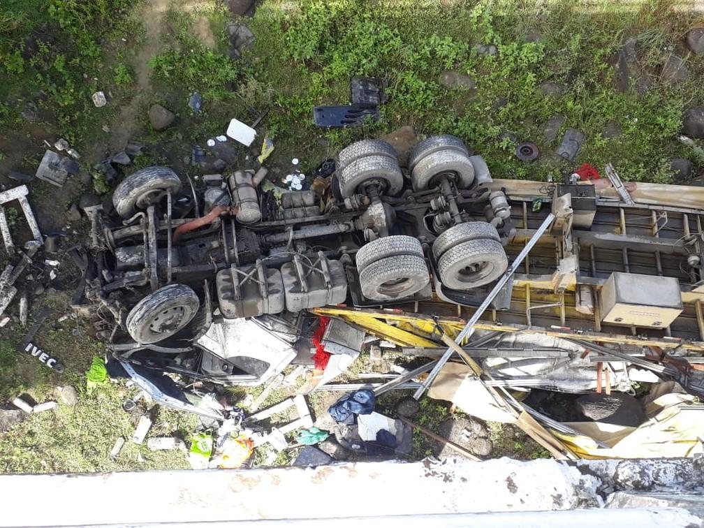 Caminhão ficou destruído após queda na BA-680 (Foto: Divulgação/ Polícia Militar)
