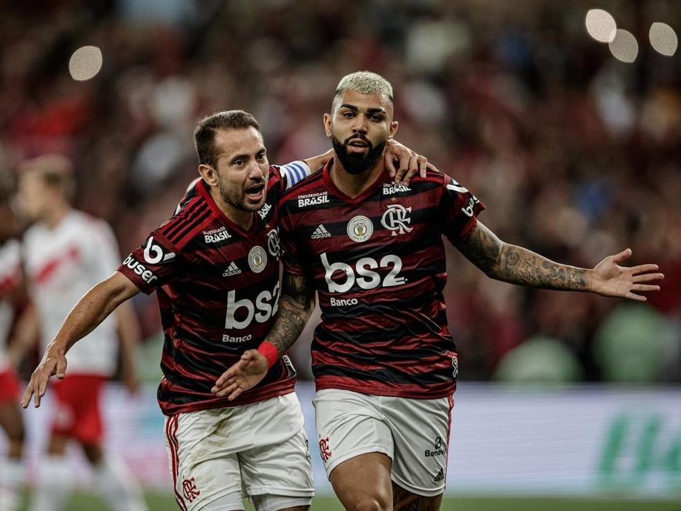 Everton Ribeiro comemora com Gabigol: decisivos — Foto: André Mourão / FotoFC