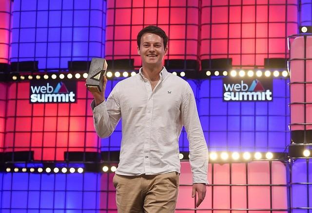 Alex Kendall, fundador da Wayve, recebe o prêmio de melhor startup do Web Summit (Foto: Diarmuid Greene/Web Summit via Sportsfile)