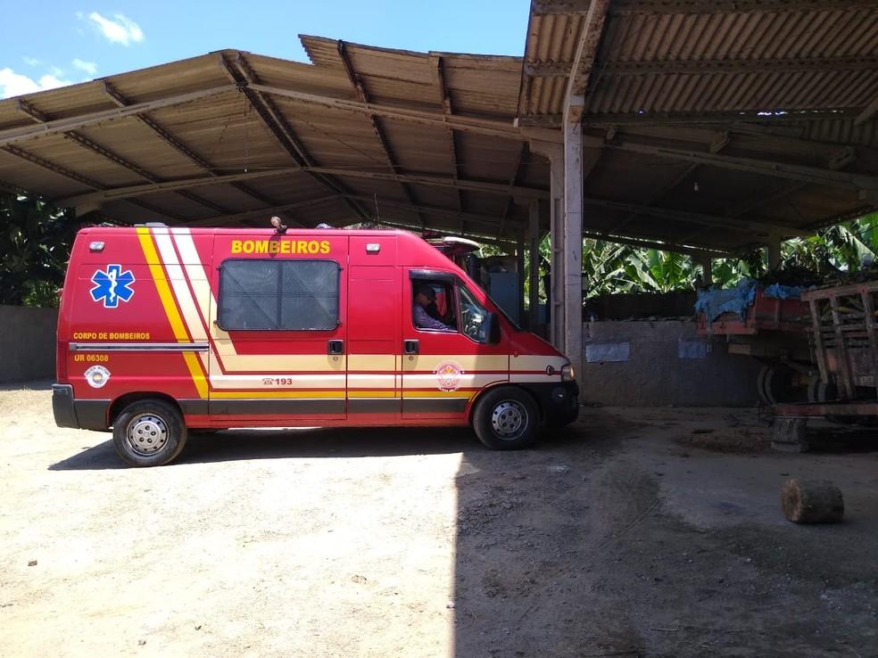 Piloto de monomotor que caiu em fazenda em Itariri (SP) foi encaminhado ao Pronto Socorro da cidade — Foto: Dione Aguiar/G1