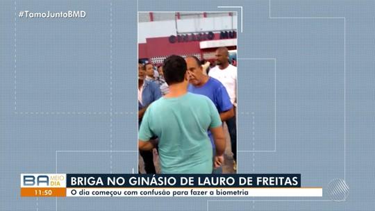 Homem é agredido no rosto em confusão em fila para recadastramento biométrico em Lauro de Freitas, na BA; vídeo