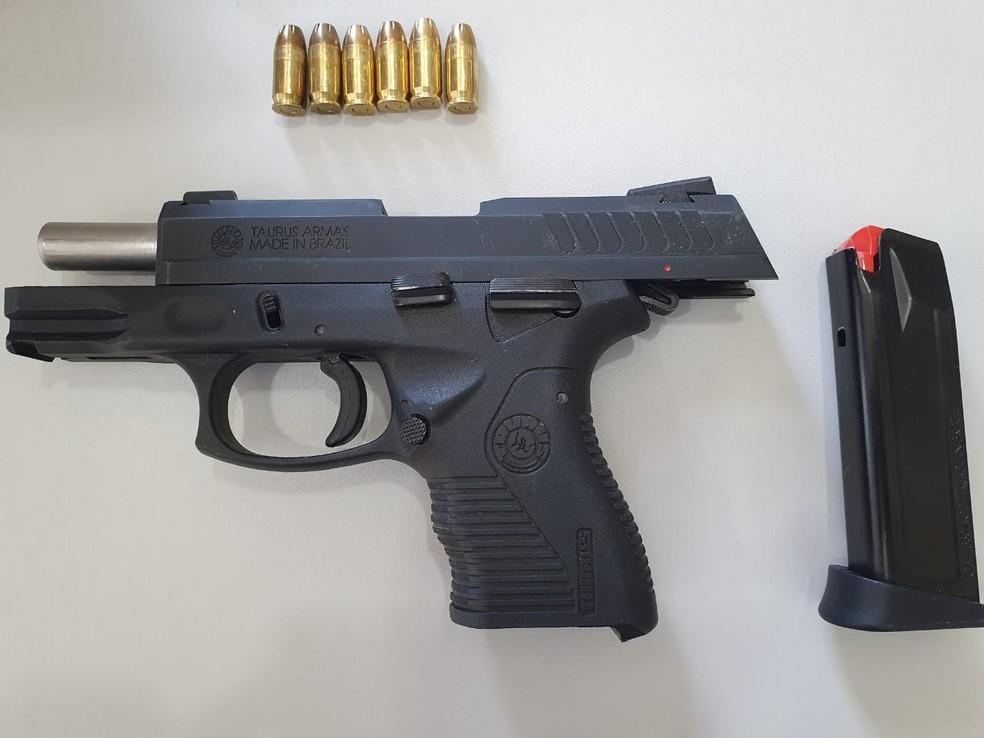 Arma usada no homicídio foi entregue pelo suspeito à Polícia Civil do Maranhão. — Foto: Alessandra Rodrigues/Rádio Mirante AM