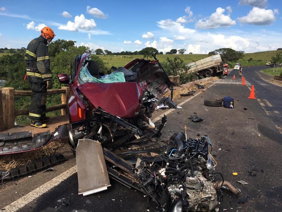 Veículos ficaram destruídos com o impacto da batida em Nova Ponte — Foto: Corpo de Bombeiros/Divulgação