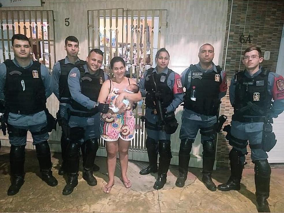 Policiais estavam realizando um patrulhamento no bairro Liberdade quando receberam a ocorrência sobre o bebê engasgado com leite materno em São Luís — Foto: Divulgação/Polícia