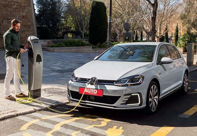 Primeiro carro eletrificado da volkswagen no brasil, híbrido golf gte chega ainda em 2019 com alma de esportivo e máxima eficiência. Plugue fica atrás do logotipo (Foto: Divulgação)