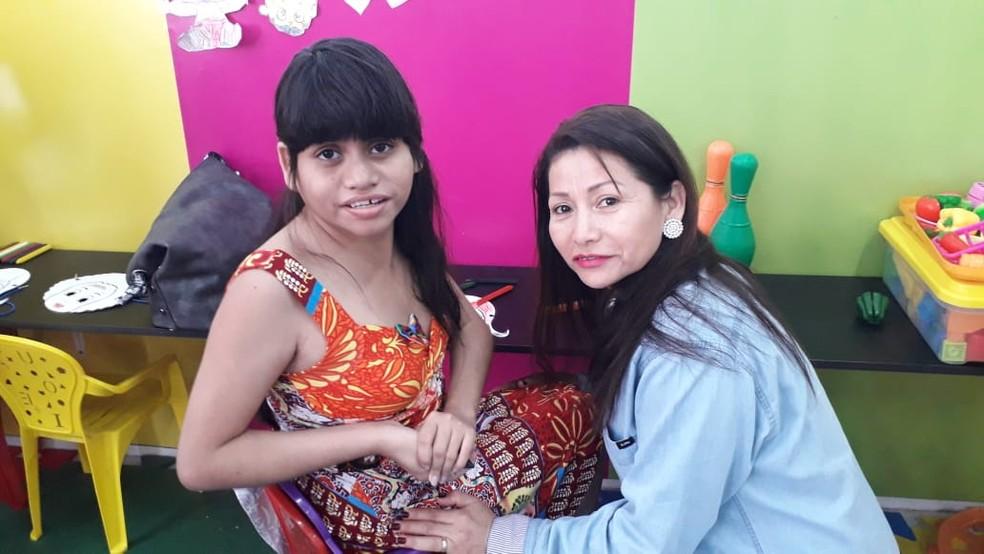 3c6ea5d1fc ... Professora Carmem Lúcia junto da filha autista Camila — Foto  Victor  Vidigal G1