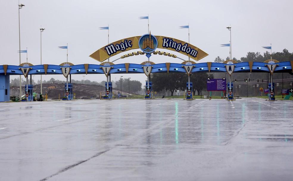 Entrada do parque Magic Kingdom, um dos mais populares do complexo Disney, fechado pela passagem do furacão Irma pela Flórida (Foto: AP Photo/John Raoux)