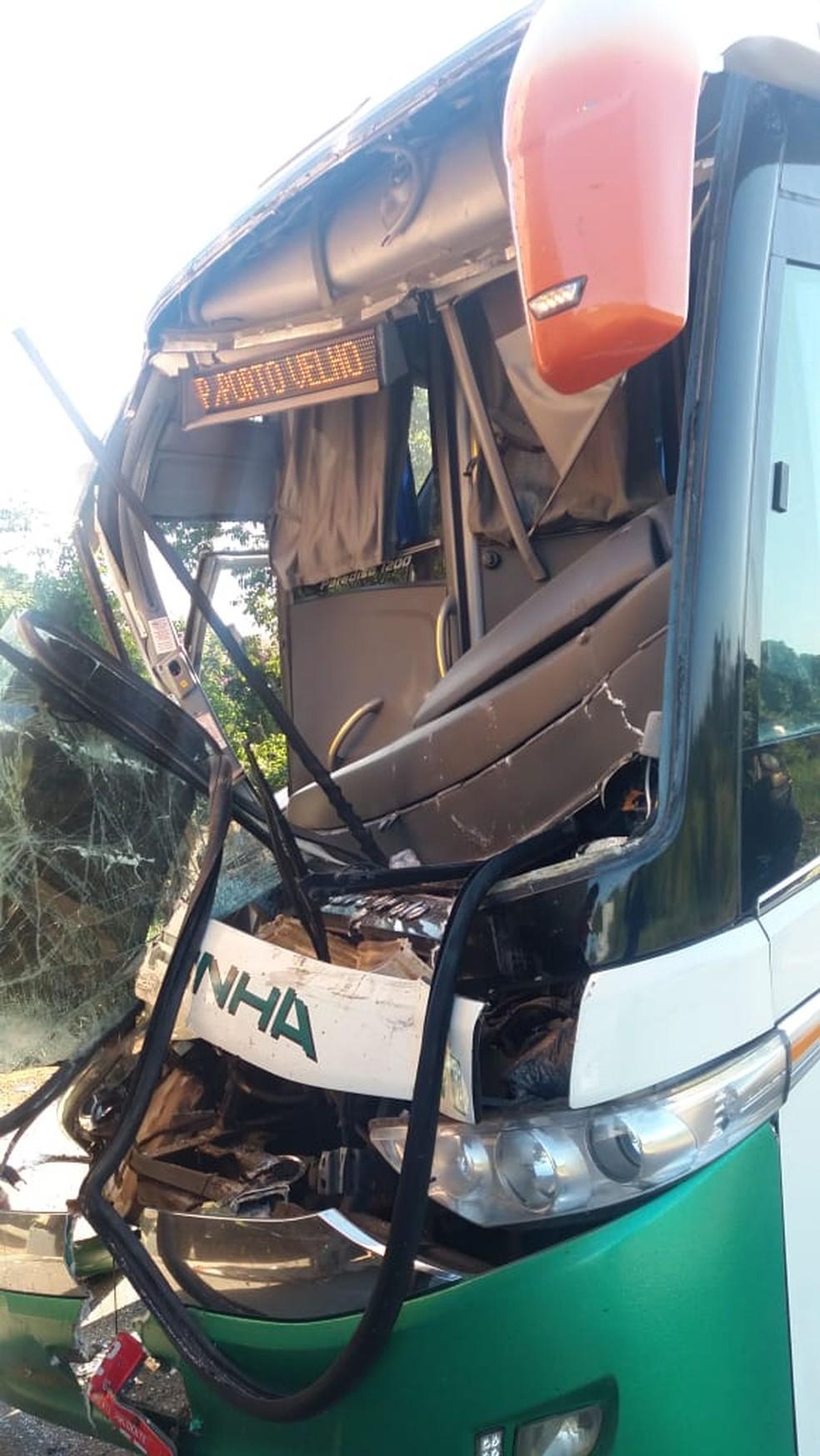 Motorista ficou às ferragens após colisão com caminhão (Foto: PRF/ Divulgação)