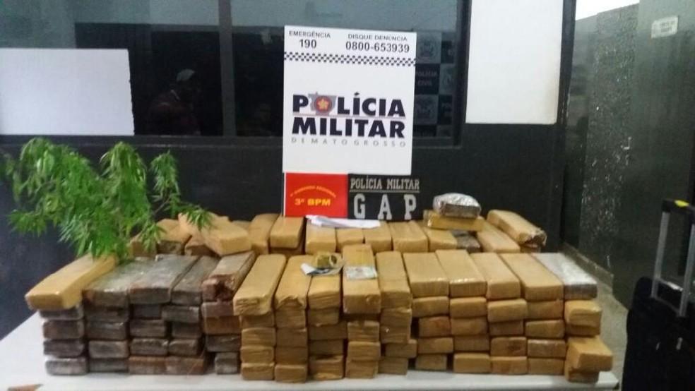 Morador é preso com 125 kg de maconha escondidos em caixa d'água em Cuiabá (Foto: Polícia Militar de Mato Grosso/Assessoria)
