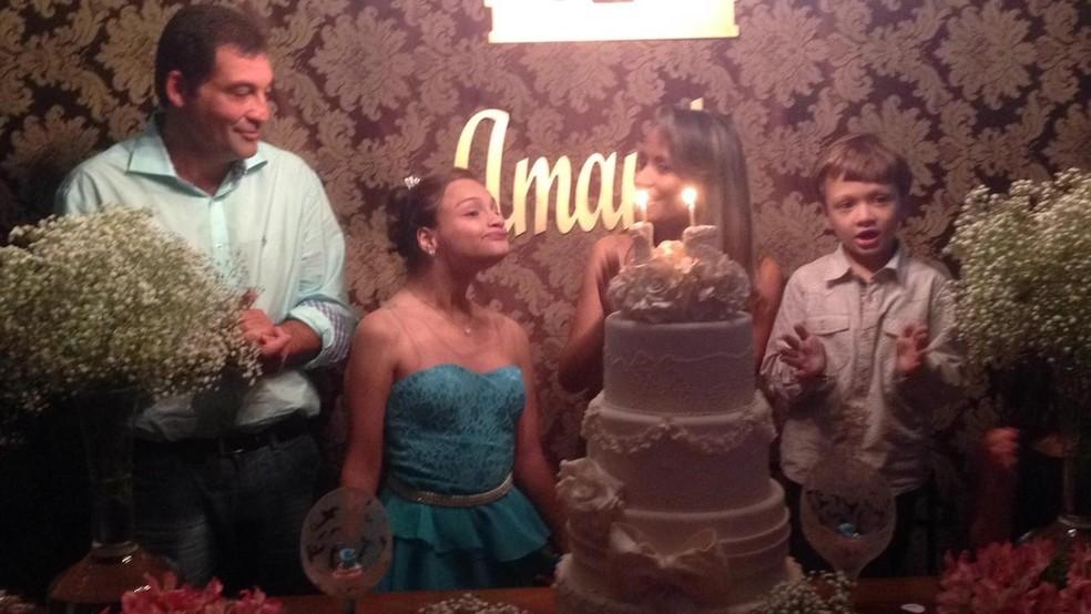 Amanda comemorando aniversário com a família  — Foto: Janaina Mangili / Arquivo pessoal
