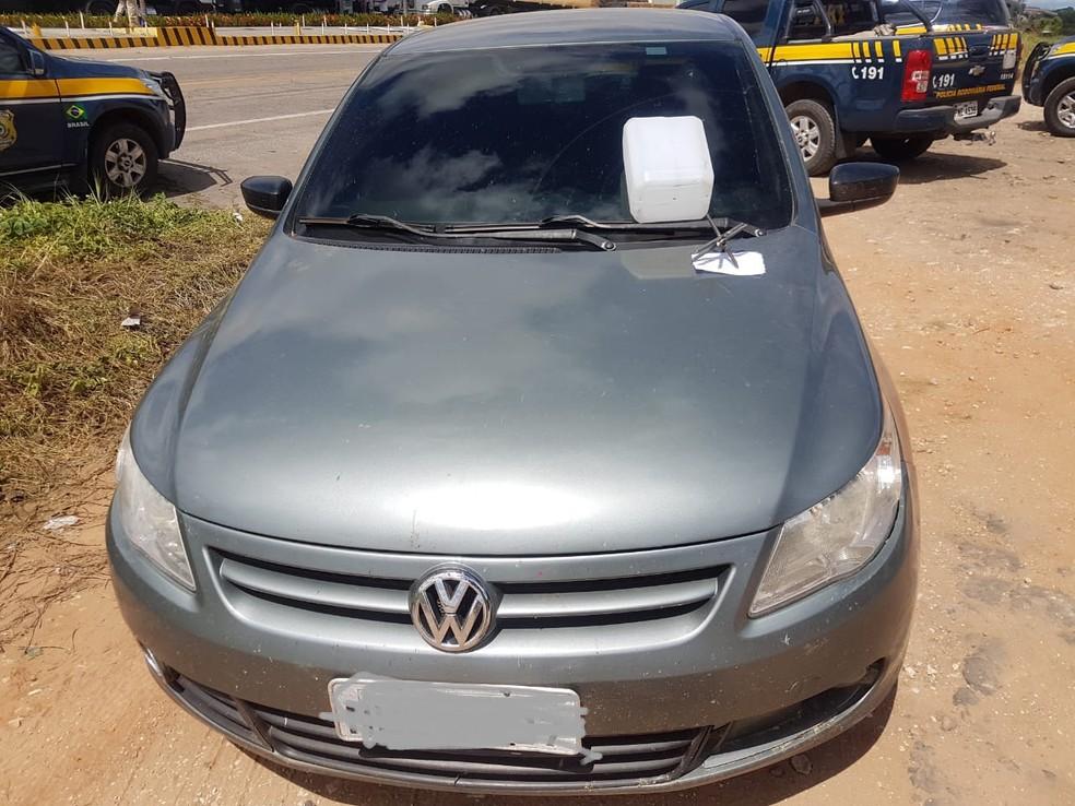 Político tentou evitar apreensão do veículo que era usado por homem que incitava bloqueio de caminhoneiros (Foto: PRF/Divulgação)