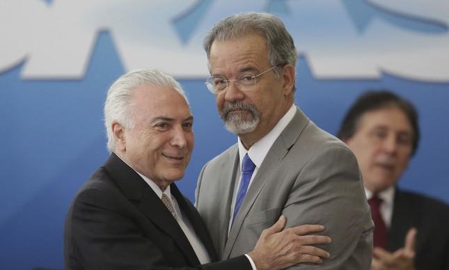 O presidente Michel Temer cumprimenta o novo ministro da Segurança Pública, Raul Jungmann