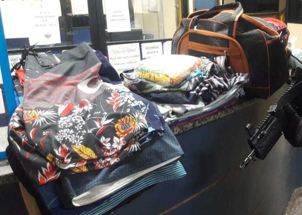 Peças de roupa furtadas da loja durante a madrugada — Foto: Divulgação/Polícia Militar