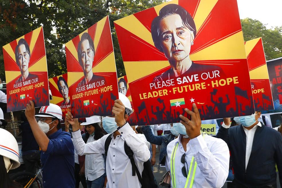 Manifestantes pedem libertação de Aung San Suu Kyi, maior líder política de Mianmar, durante protesto em Mandalay nesta segunda-feira (15) — Foto: AP Photo