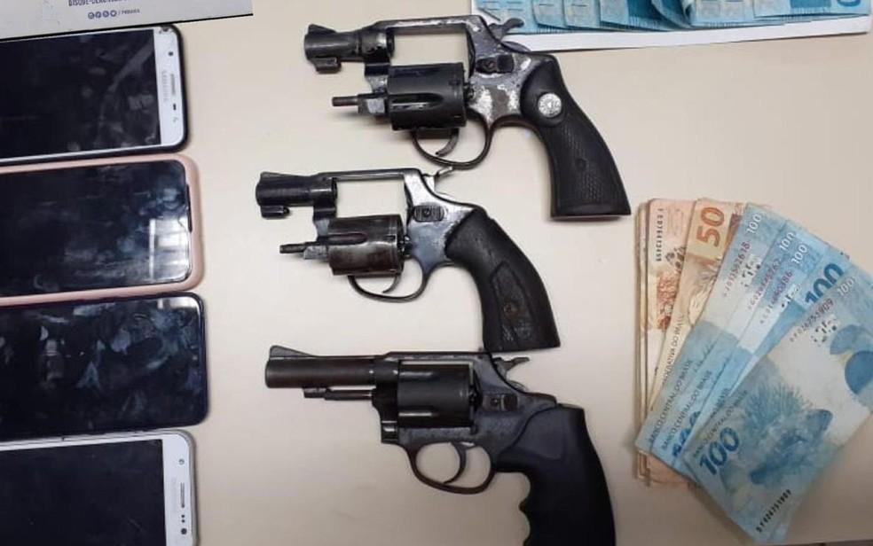 Grupo é preso durante tentativa de roubo a carro-forte em supermercado de Salvador.  — Foto: SSP-BA / Divulgação