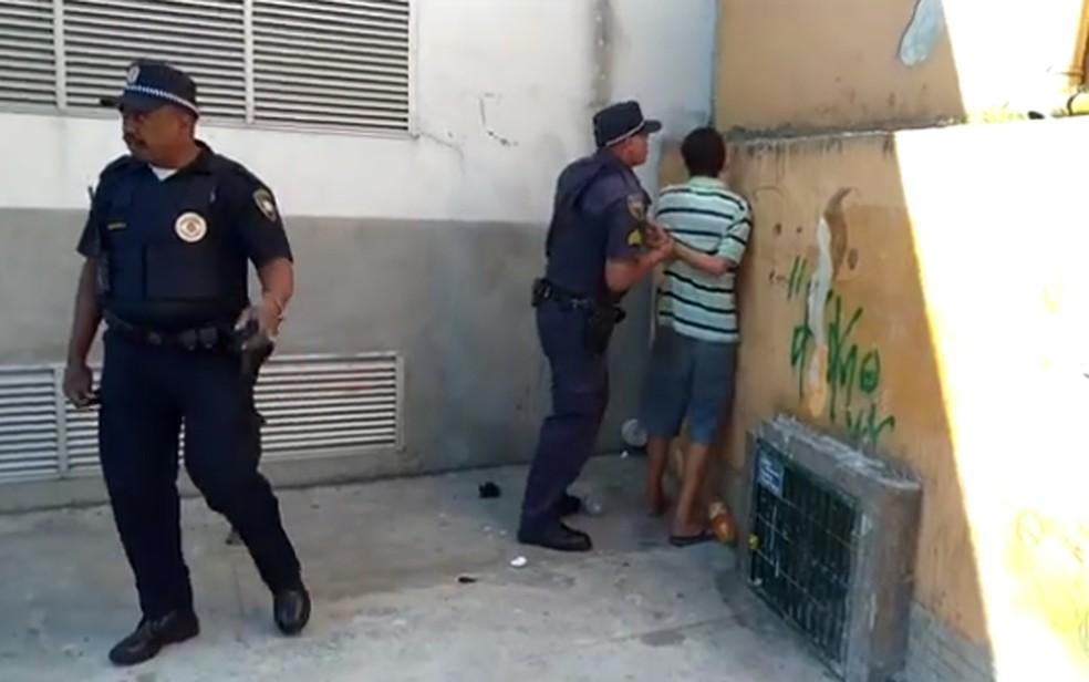 Pertences de Samir e sua esposa foram levados pela Prefeitura (Foto: Reprodução/TV Globo)