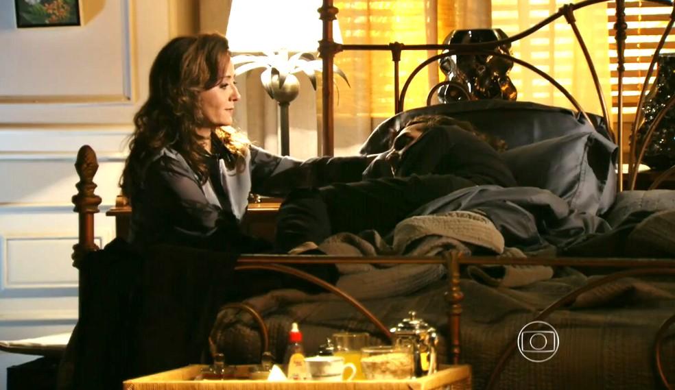 Alberto (Igor Rickli) é confortado por Guiomar (Cláudia Netto), sua mãe - 'Flor do Caribe' — Foto: Globo