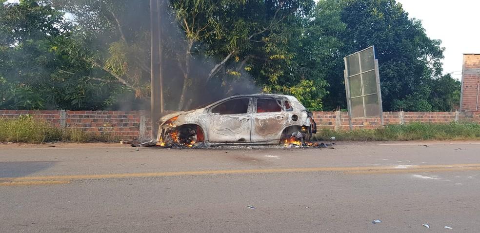 Populares atearam fogo no veículo que causou acidente na BR-402 em Rosário (MA) — Foto: Divulgação/PRF