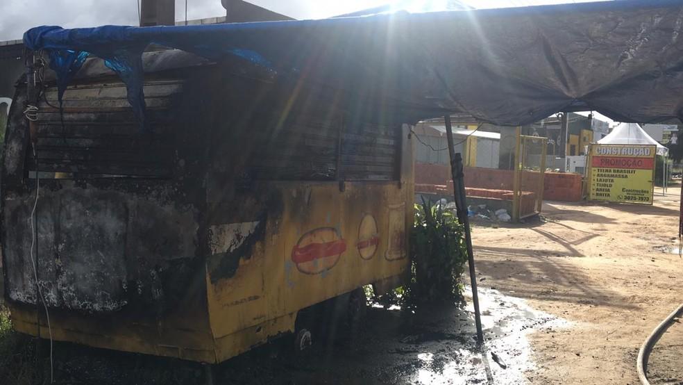 Trailer foi destruído por incêndio no bairro do Antares, em Maceió — Foto: Divulgação/Corpo de Bombeiros