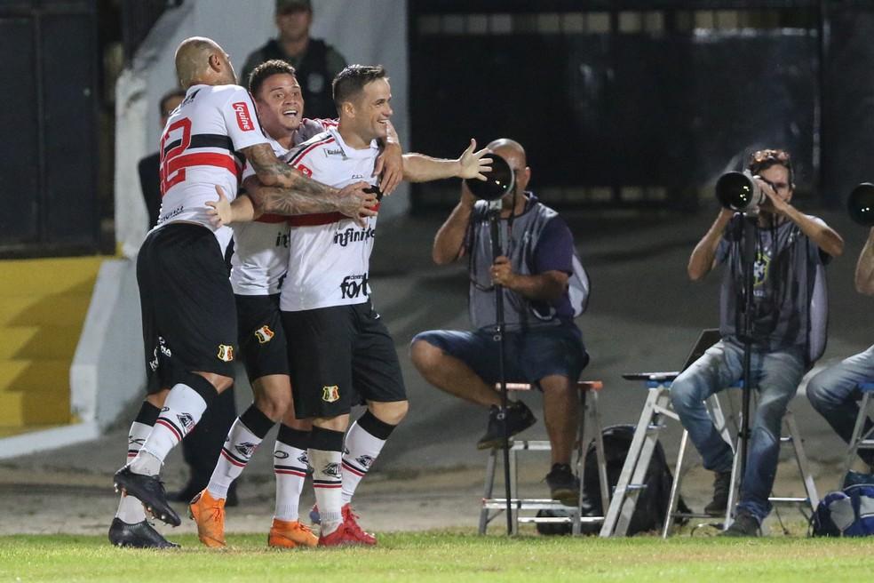 Pipico comemora gol pelo Santa Cruz — Foto: Marlon Costa / Pernambuco Press