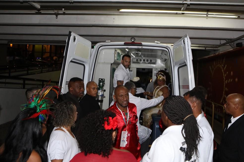 Arlindo Cruz chega de ambulância à região do Sambódromo do Anhembi, para participar do desfile da X-9 Paulistana — Foto: Celso Tavares/G1