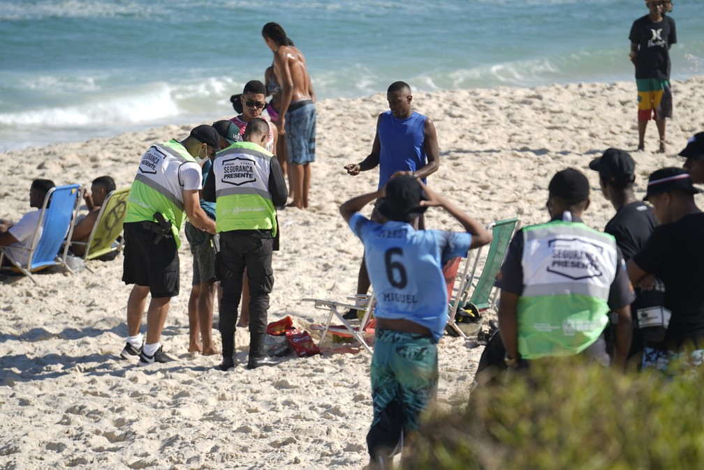 Agentes da Operação Segurança Presente abordam banhistas na Praia da Barra da Tijuca nesta quarta-feira (5) �- Foto: Marcos Serra Lima/G1
