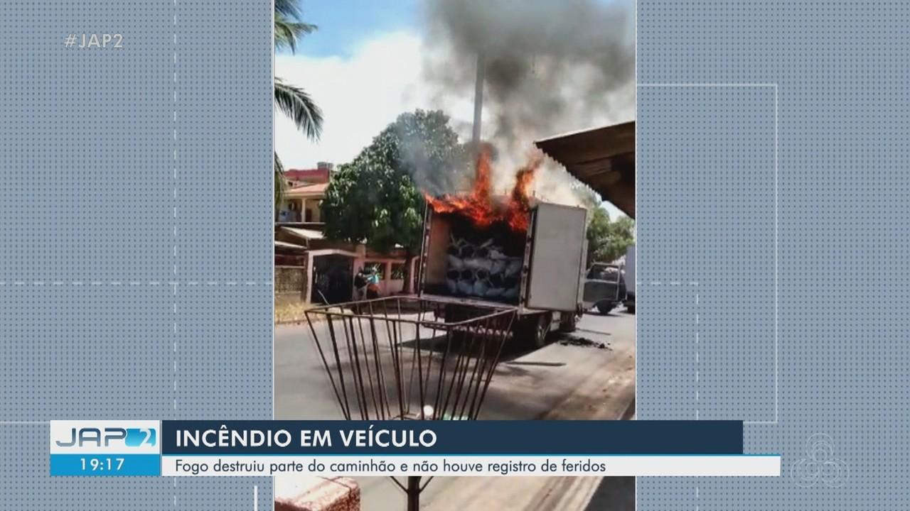 Caminhão que transportava sacos de carvão pega fogo no meio da rua em Macapá