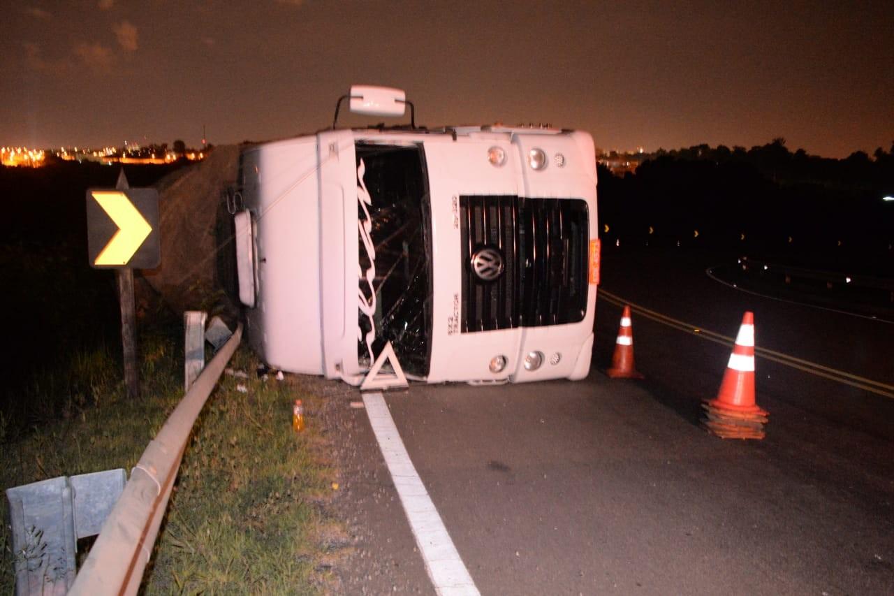 Caminhão carregado com papelão tomba na Rodovia João Leme dos Santos