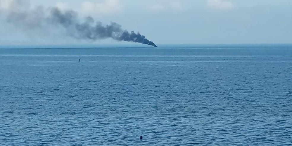Embarcação pegou fogo nesta terça-feira (11), em Salvador  — Foto: Magda Kaufmann/Arquivo Pessoal