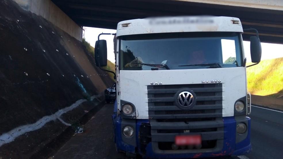Carro colide em traseira de caminhão em estrada de Cerquilho (SP) — Foto: Polícia Militar Rodoviária/Divulgação