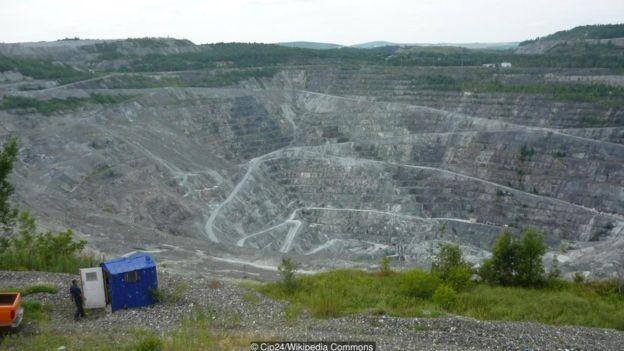 Mais de um século de mineração em Asbestos deixou uma enorme cicatriz na paisagem da cidade (Foto: CJP24 / WIKIPEDIA COMMONS via BBC News Brasil)