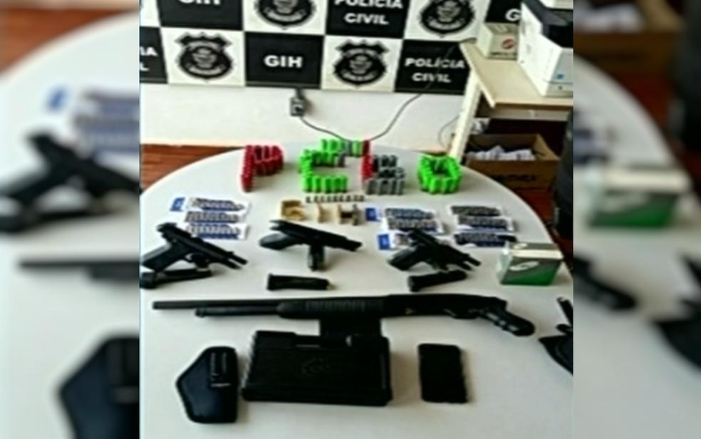 Foram apreendidas 4 armas, 241 munições e três carregadores, em Luziânia, Goiás (Foto: TV Anhanguera/Reprodução)
