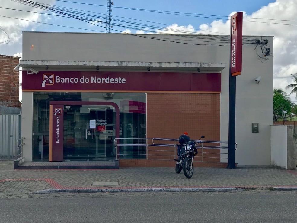 Bandidos invadem agência do Banco do Nordeste, em São Gonçalo do Amarante (Foto: Kleber Teixeira)