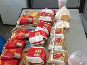 Lanches de uma rede fast food são apreendidos em Bangu (Foto: Seap/Divulgação)