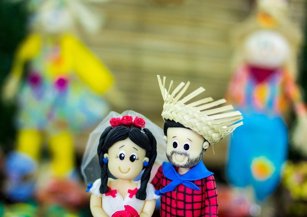 Bonecos de decoração, com noivo e noiva caipiras, em casamento na roça — Foto: Daniel Ribeiro/Pixabay
