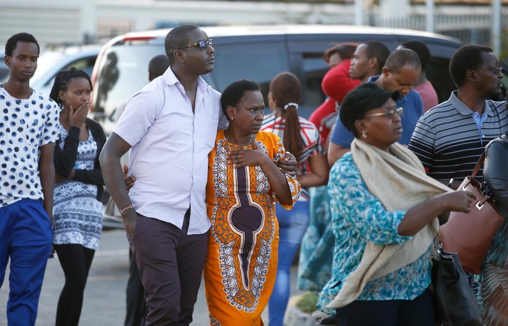 Parentes de passageiros que estavam no avião que caiu na Etiópia deixam centro de informações no aeroporto de Nairóbi, no Quênia — Foto: Baz Ratner/Reuters