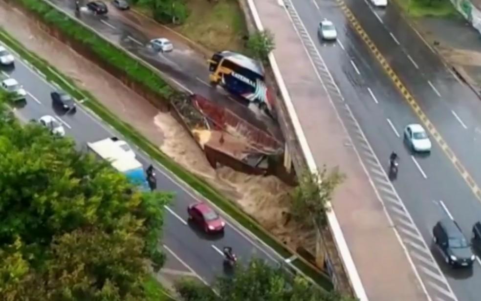 Trechos da Marginal Botafogo desabaran durante chuva, em Goiânia (Foto: Reprodução/TV Anhanguera)