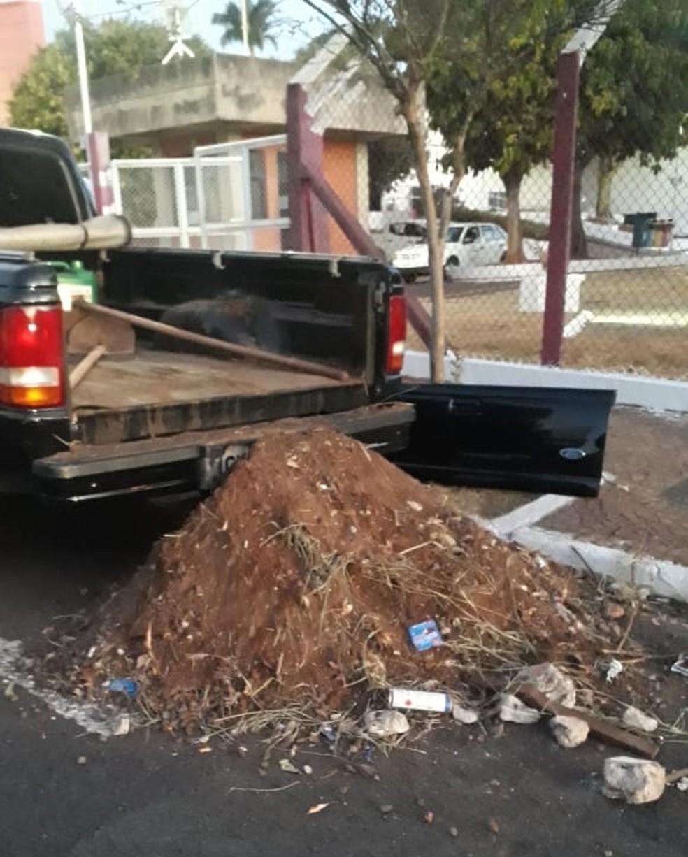 Lixo foi despejado em frente ao prédio da prefeitura (Foto: Arquivo Pessoal)