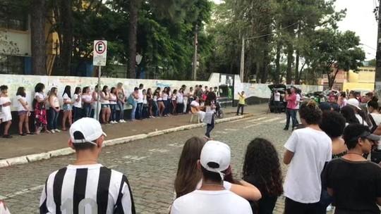 Alunos de outras escolas fazem homenagem a vítimas da Raul Brasil