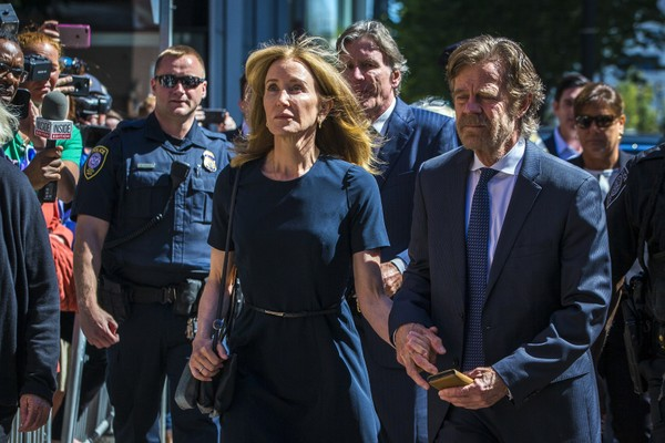 Felicity Huffman e seu marido, William H Macy, chegam ao tribunal em Boston (Foto: Getty Images)