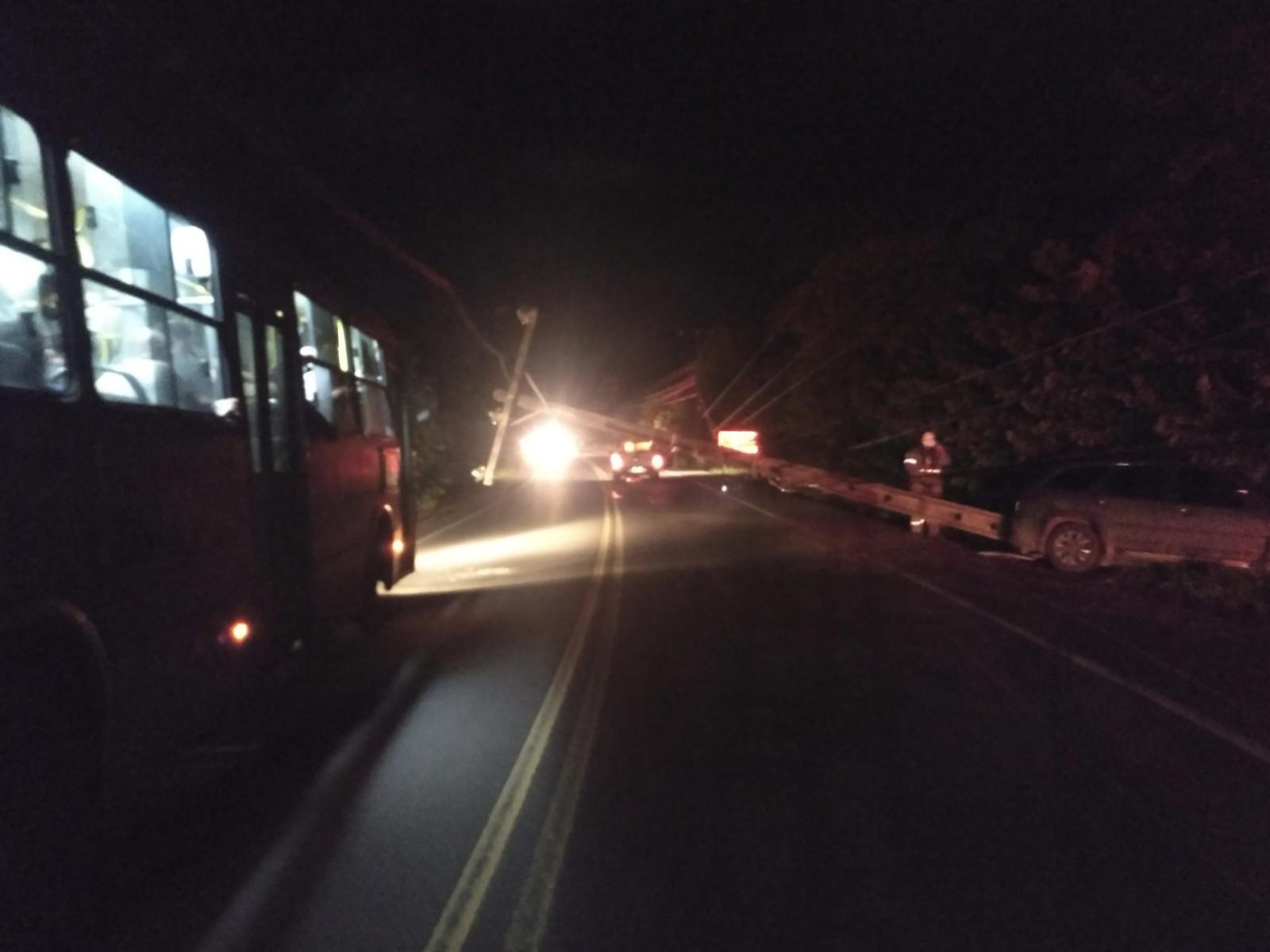 Colisão entre carros deixa feridos e derruba poste na AL-101 Norte