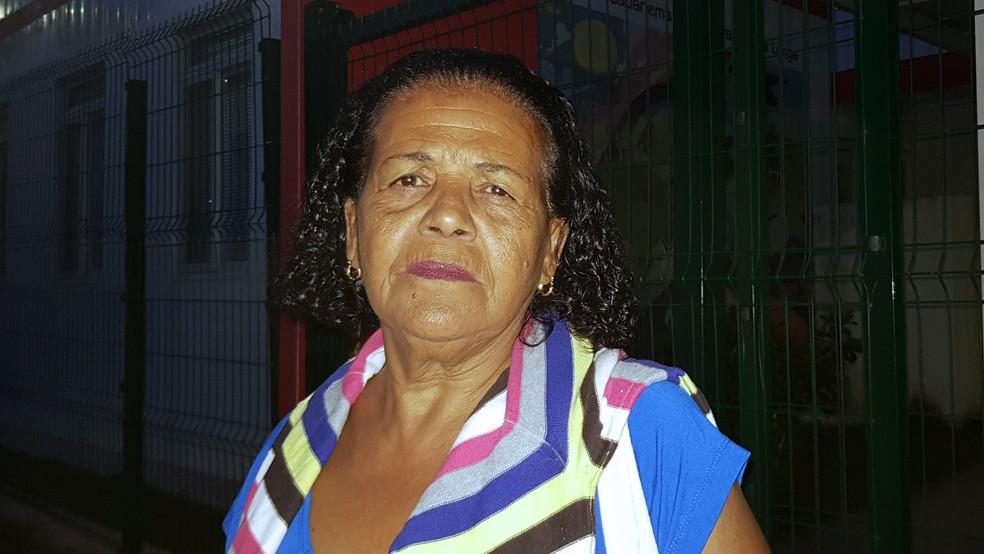 Vera Lúcia Aleixo e Silva não perde a esperaça nem a fé, mas teme que espera por reassentamento seja longa — Foto: Raquel Freitas/G1