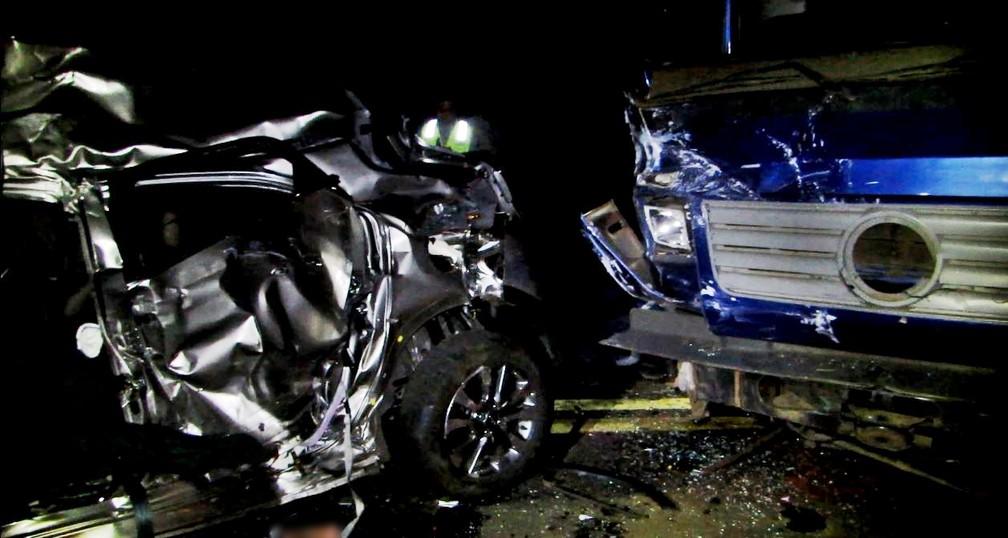 Vítimas morrem em acidente entre carro e caminhão em Pratápolis (MG) — Foto: Helder Almeida