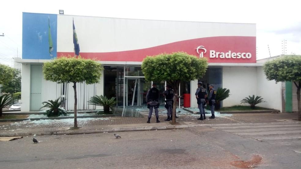 Agência bancária foi alvo de criminosos na madrugada desta quinta-feira (4) no Bairro CPA 2, em Cuiabá — Foto: Brígida Mota/TV Centro América