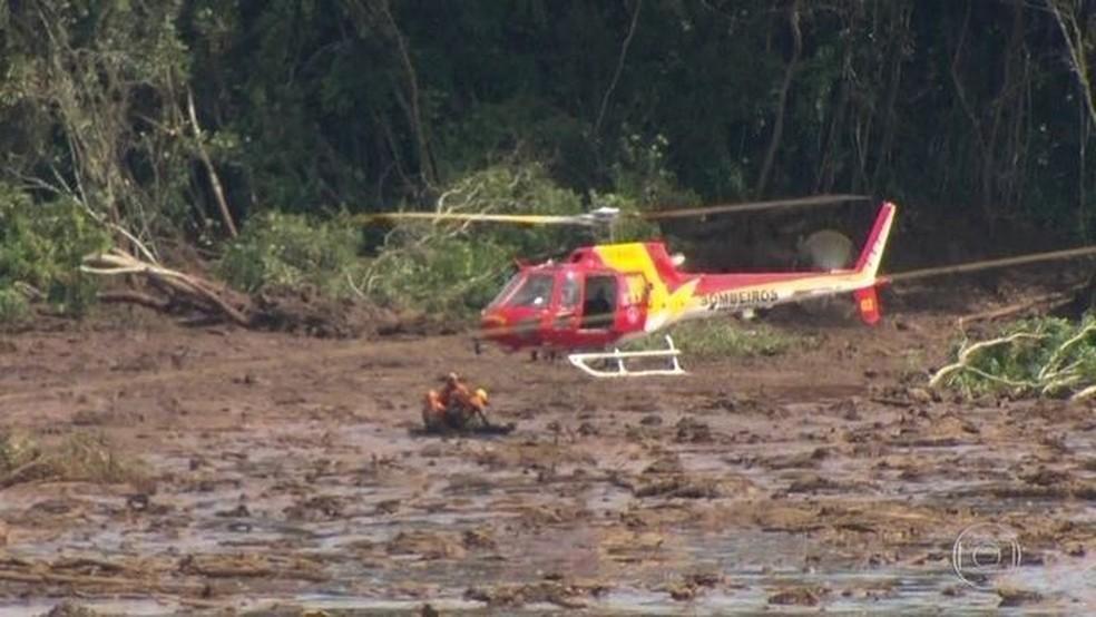 Helicóptero dos bomeiros sobrevoa área do desastre em Brumadinho — Foto: Reprodução/Globo