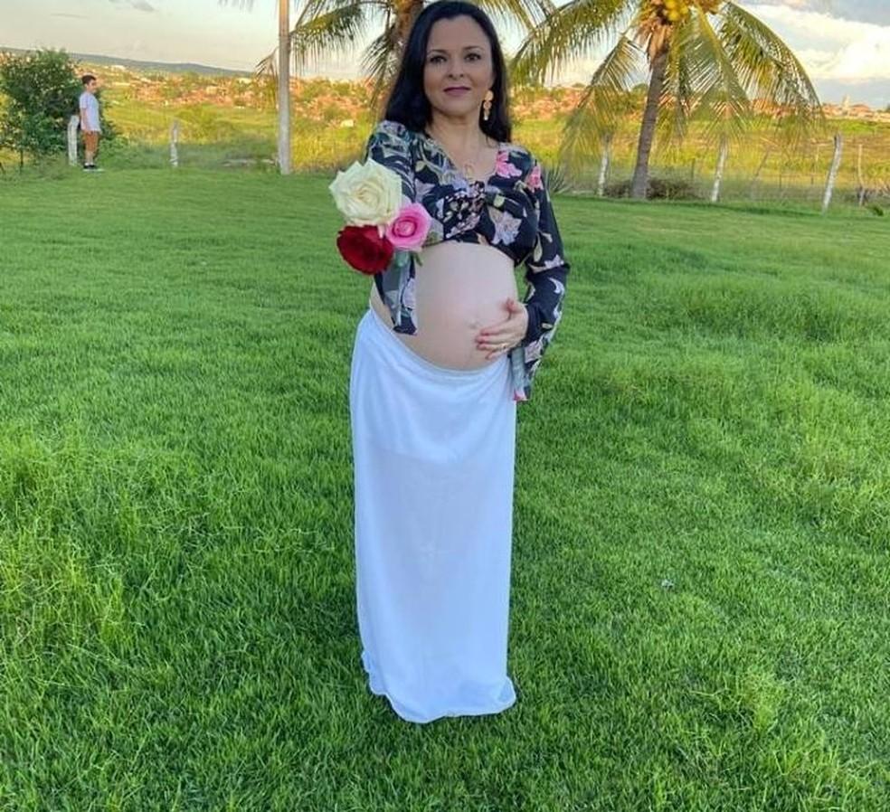 A enfermeira Gleise Carvalho teve Covid-19 no início da gestação e quando melhorou tomou as duas doses da vacina CoronaVac. — Foto: Arquivo pessoal