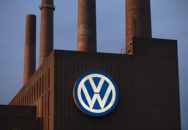 Logo da montadora Volkswagen é visto no alto de uma fábrica da empresa em Wolfsburg, na Alemanha (Foto: Axel Schmidt/Reuters)