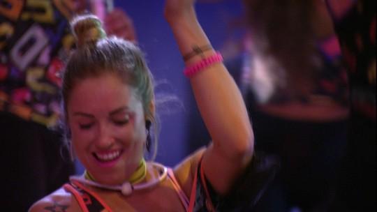 Jéssica faz careta ao dançar 'Menina Veneno'